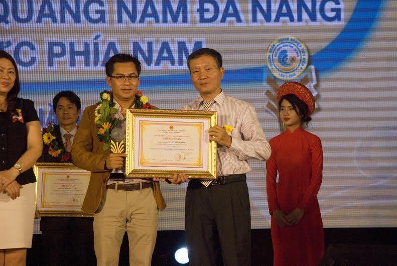 Lãnh đạo tỉnh trao bằng khen vinh danh doanh nhân xứ Quảng xa quê. Ảnh: K.NGUYÊN
