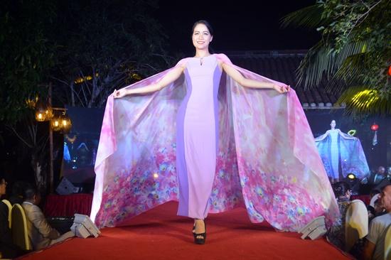 Buổi trình diễn thời trang với chất liệu chủ yếu là lụa tơ tằm