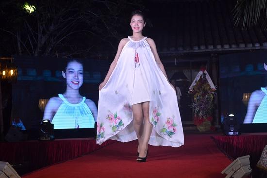 Đây là lần đầu tiên một buổi trình diễn thời trang hàng tơ lụa được tổ chức tại Hội An