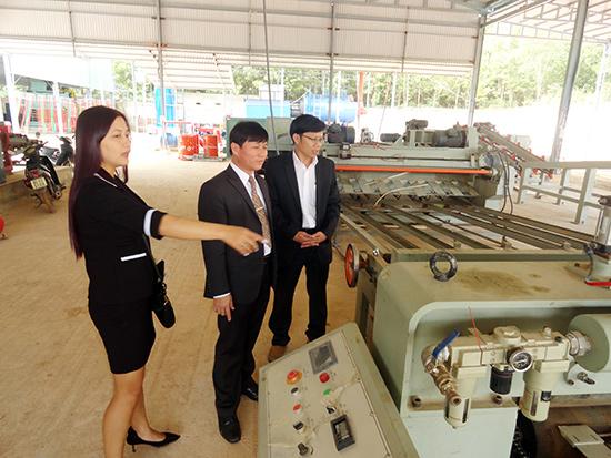 Lãnh đạo huyện Phú Ninh thăm cơ sở sản xuất của Công ty TNHH Cầu thang Việt - Úc tại Cụm công nghiệp Chợ Lò xã Tam Thái.