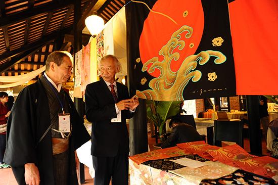 Tham quan gian hàng tại Festival văn hóa tơ lụa VN - châu á 2016.