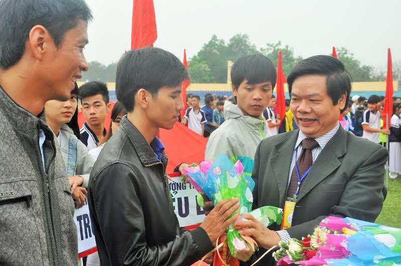 Phó Giám đốc Sở GD-ĐT Lê Văn Chính tặng hoa và cờ lưu niệm cho các đơn vị tham gia. Ảnh: X.P