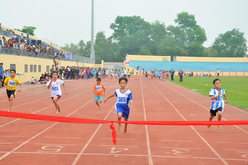 Nội dung chạy 100m học sinh tiểu học diễn ra khá hấp dẫn. Ảnh: X.P