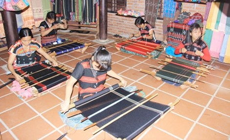 Models of Hoi An traditional silk weaving