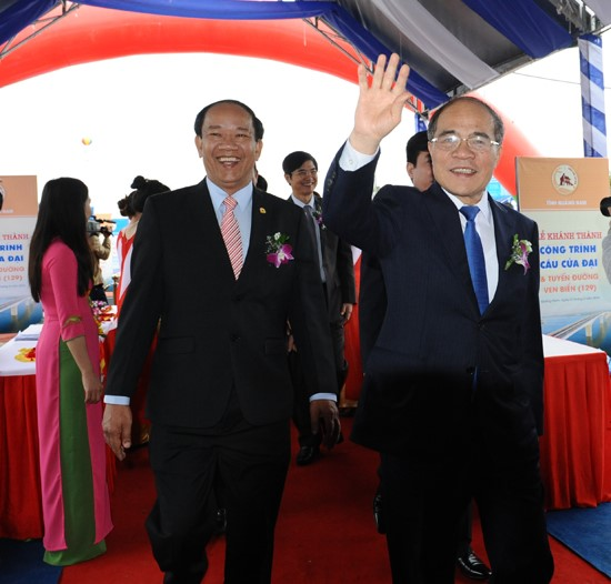 NA Chairman Nguyen Sinh Hung (right) and QPC Chairman Dinh Van Thu