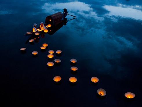 """Tác phẩm ảnh """"Thắp sáng giấc mơ"""" của Minh Thanh Ngô giành giải cao nhất ở hạng mục ảnh Vietnam National Awards. Bức ảnh được chụp trong mùa báo hiếu Vu Lan, khi tục lệ thả đèn xuống sông được người dân ở nhiều nơi thực hiện."""