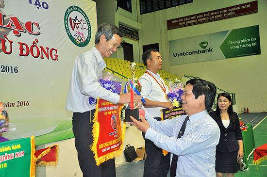 Trao cúp vô địch toàn đoàn khối trường THPT cho Trường THPT Phan Bội Châu (Tam Kỳ)