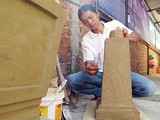Hoàng Thành Truyền và công đoạn tạo tác sản phẩm của mình.