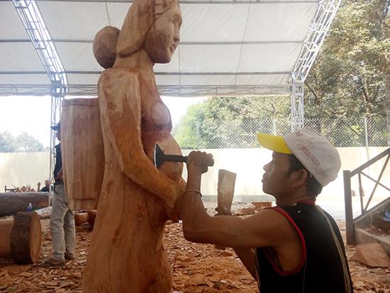 thi tạc tượng tại Lễ hội văn hóa dân gian ở Kon Tum. ảnh: T.VIỆT