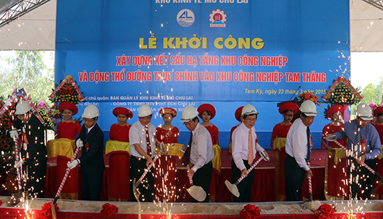 The ground-breaking ceremony of the main road to Tam Thang industrial zone in Quang Nam province (photo: nhandan.com.vn)