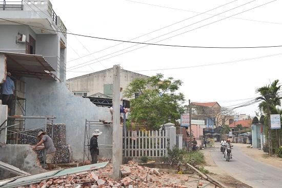 Một số hộ dân đã đập phá vật kiến trúc để bàn giao mặt bằng.