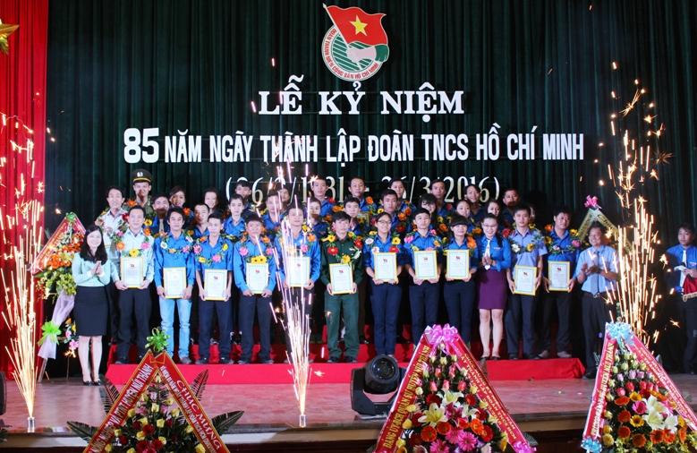 Tuổi trẻ Núi Thành xung kích xây dựng quê hương. TRONG ẢNH: Tuyên dương những cán bộ đoàn tiêu biểu nhân dịp 85 năm Ngày thành lập Đoàn TNCS Hồ Chí Minh vừa qua. Ảnh: V.HÀO