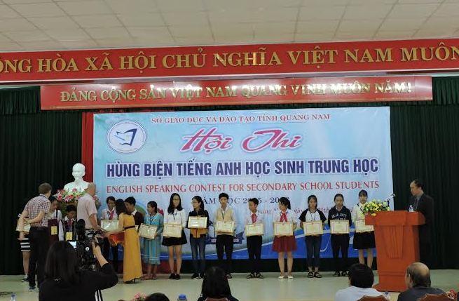 Phát thưởng cho các thí sinh đạt giải tại hội thi. Ảnh: N.K.B