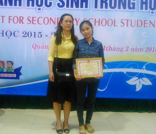 Em Trần Thị Xuân Trâm (Trường THPT Trần Văn Dư, Phú Ninh) - một trong 2 thí sinh giành giải Nhất ở bảng THPT và cô giáo dạy môn Tiếng Anh