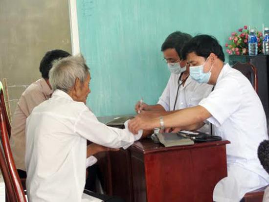 """Bệnh nhân nên tìm đến các cơ sở đông y chính thống để hạn chế cảnh """"tiền mất tật mang"""". TRONG ẢNH: Thầy thuốc đông y huyện Phú Ninh đang khám chữa bệnh miễn phí cho người dân. Ảnh: C.T.A"""