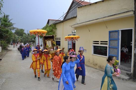 Rước kiệu của làng về dự lễ.