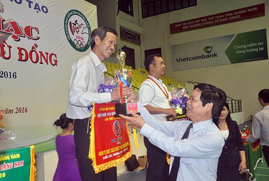 Trao cúp vô địch toàn đoàn cho Trường THPT Phan Bội Châu.
