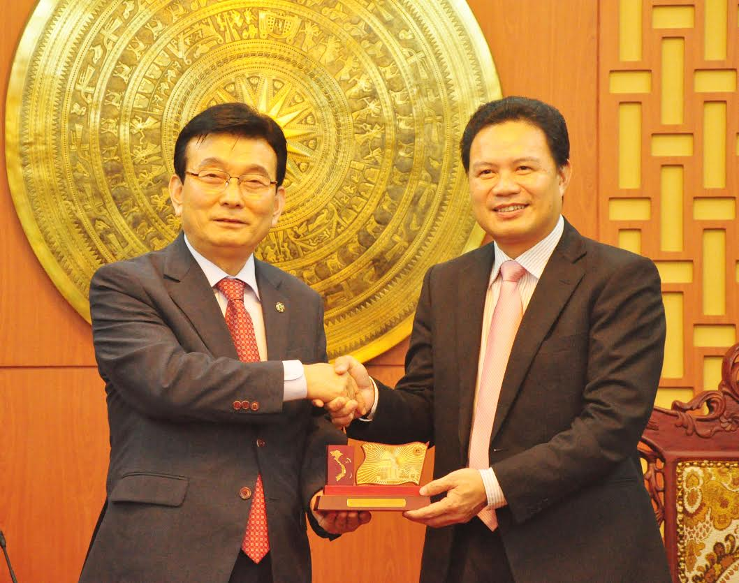 Vice Chairman of QPC Le Van Thanh (right) and VVAK's Chairman Woo Young Rak