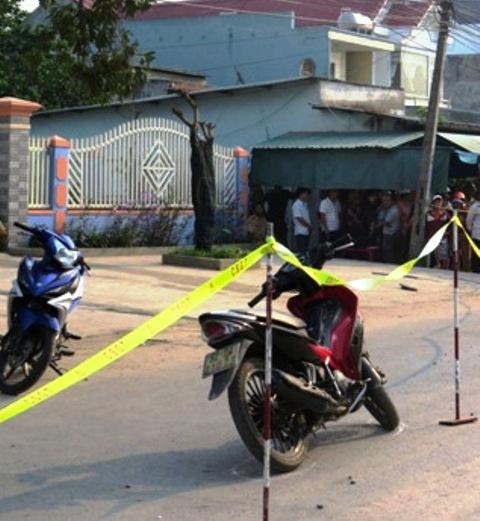 Hai xe máy cùng nhiều tang vật còn sót lại ở hiện trường vụ án mạng. Ảnh: TRIÊU NHAN