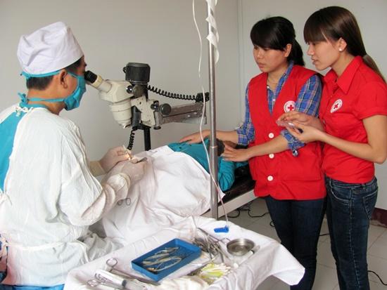 Đoàn tiến hành phẫu thuật mắt cho người dân tỉnh Sê Kông
