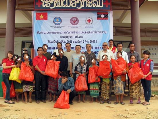 Hàng trăm người dân tỉnh Sê Kông đã được chữa bệnh và trao quà từ các nhà từ thiện Quảng Nam