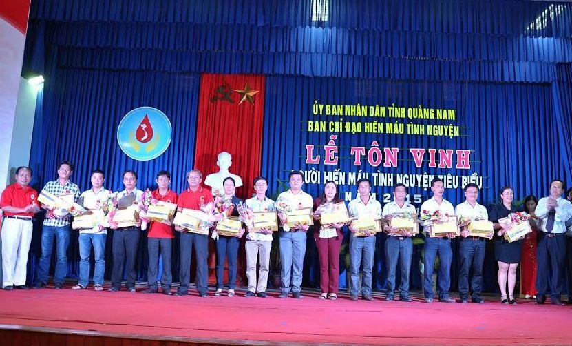 Tôn vinh những người hiến máu tình nguyện. Ảnh: V.V