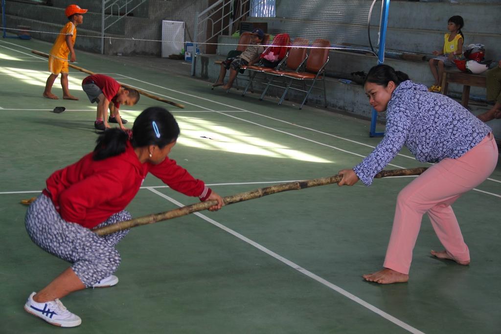 Các nữ vận động viên môn đẩy gậy của huyện Bắc Trà My tập luyện, chuẩn bị tốt tâm lý tham gia hội thi. Ảnh: ALĂNG NGƯỚC