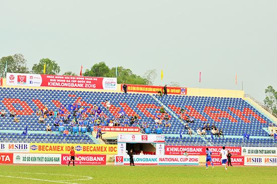 Khán đài B sân Tam Kỳ trong trận QNK Quảng Nam tiếp Huế ở Cúp quốc gia chỉ có một số hội viên Hội cổ động viên Quảng Nam.Ảnh: T.VY