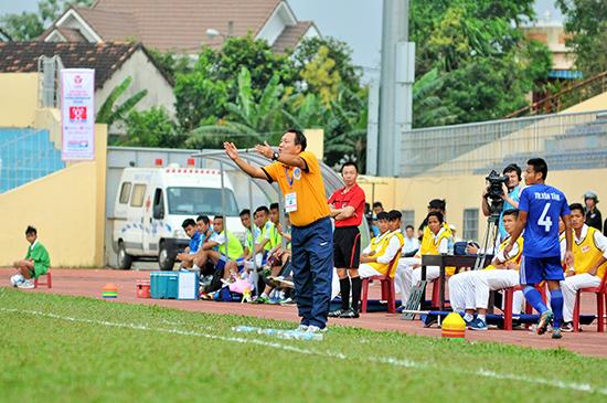 HLV Hoàng Văn Phúc cùng các học trò sẽ có trận đấu đầy khó khăn khi tiếp FLC Thanh Hóa cuối tuần này.Ảnh: AN NHI