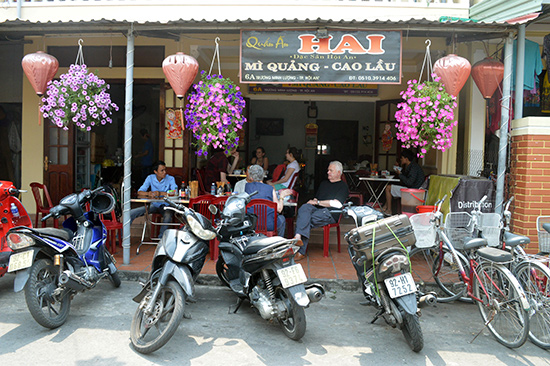 Quán mỳ ông Hai luôn đông khách trong nước và quốc tế.