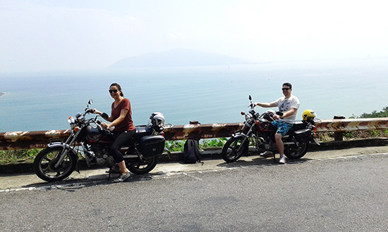 Du khách thích thú với loại hình du lịch easyrider cùng phong cảnh của Việt Nam.  Ảnh: S.ANH