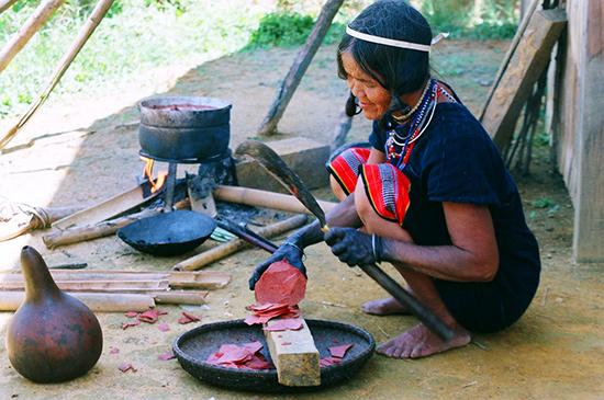 Xắt củ nâu làm nguyên liệu nhuộm màu thổ cẩm.