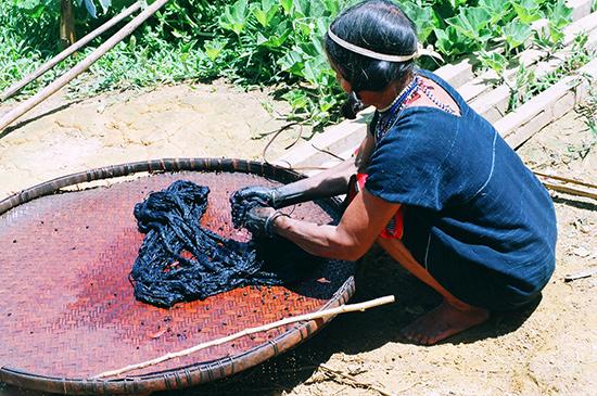 Vải được nhuộm trong dung dịch củ nâu.