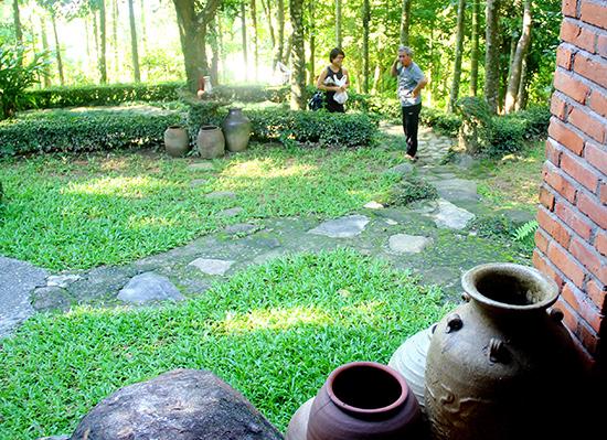 Trong không gian đặc trưng của làng cổ Lộc Yên được tái hiện ở Sơn Trà, chủ nhân bảo tàng Đồng Đình lưu giữ nhiều dấu vết làng chài cổ An Thọ.ảnh: C.THỤY