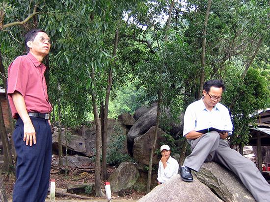 Chiến tranh cách mạng vẫn đang là đề tài lớn và hấp dân với nhiều người cầm bút. Trong ảnh: Hai nhà văn Nguyễn Bảo và và Đỗ Viết Nghiệm trong một chuyến đi thực tế tại các vùng kháng chiến cũ ở Quảng Nam. Ảnh: P.C.A