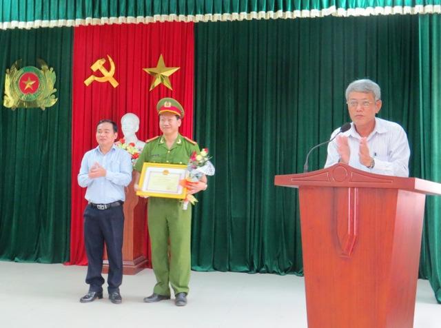 Bí thư Huyện ủy Phan Xuân Quang khen thưởng tập thể Công an huyện có thành tích khám phá án nhanh. Ảnh: Hoàng Liên