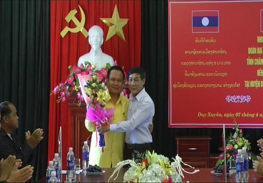 Secretary of District Party Committee Dung (right) and Mr Khamtansomphandon (duyxuyenrt.vn)