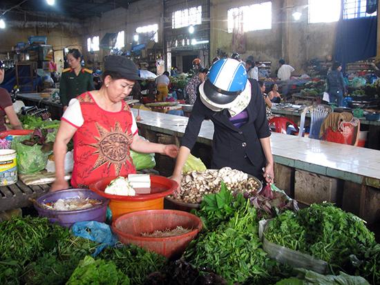 Người tiêu dùng cần nâng cao kỹ năng lựa chọn thực phẩm thịt, rau an toàn. Ảnh: THỤC ANH