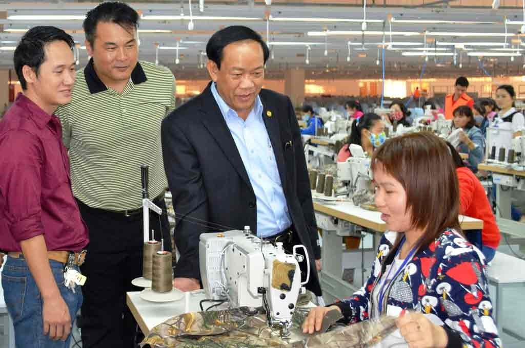 Chairman Dinh Van Thu visits a garment enterprise in Phu Ninh district (Quang Nam province)