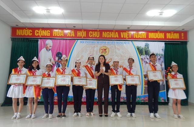 Khen thưởng cho các em đội viên đạt thành tích tại Liên hoan