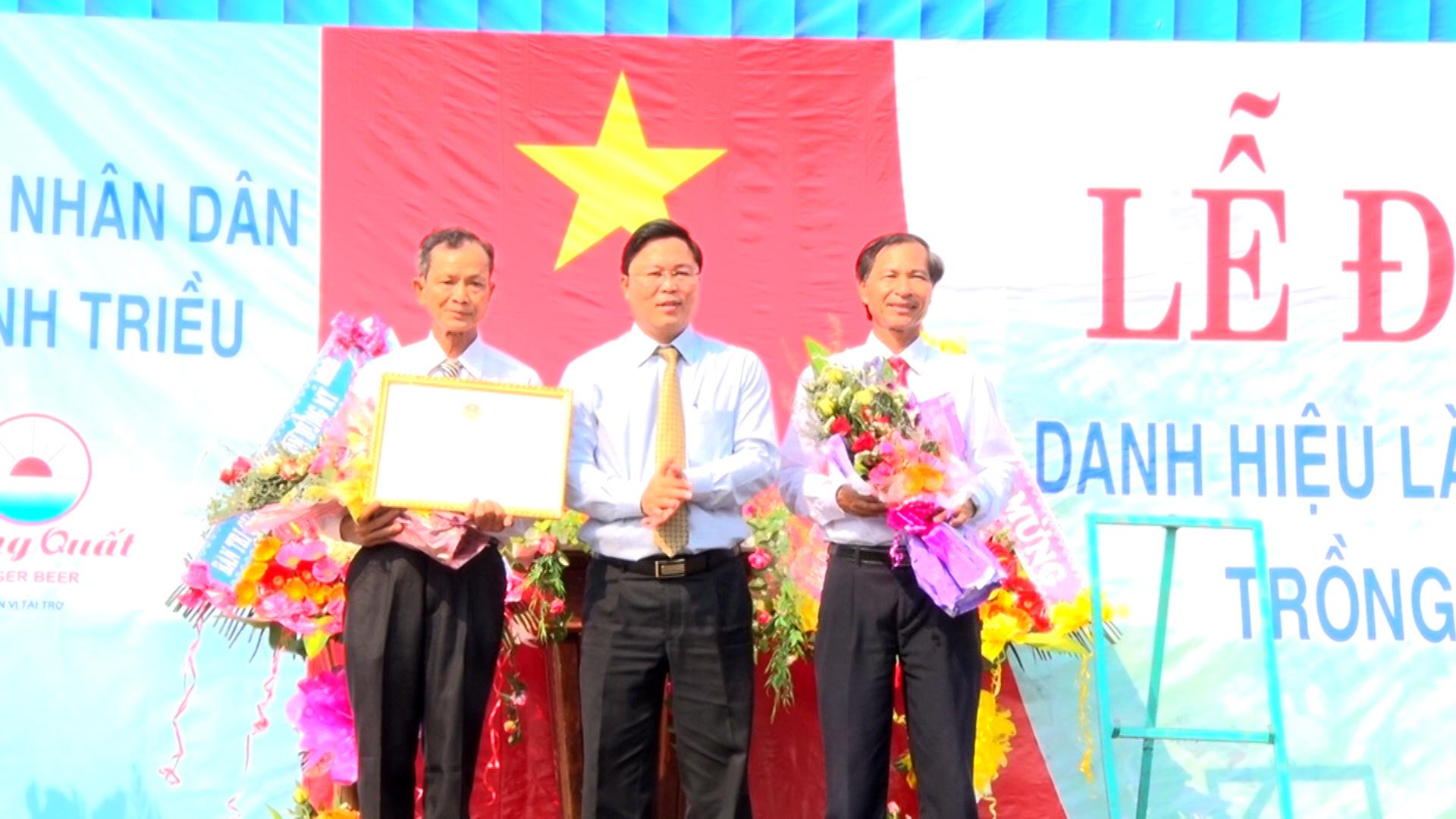 Phó Chủ tịch UBND tỉnh Lê Trí Thanh trao chứng nhận công nhận làng nghề truyền thống Hưng Mỹ cho lãnh đạo xã Bình Triều