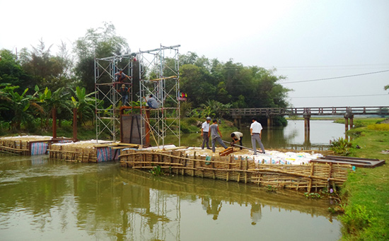Xây dựng đập tạm ngăn mặn tại cửa ngõ Sông Đầm (xã Tam Thăng).
