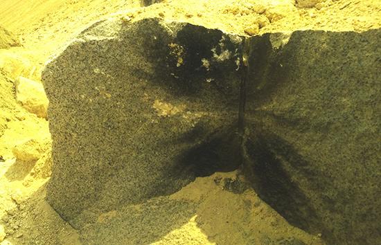 Vết sém đen trên các tảng đá lớn là bằng chứng của sử dụng vật liệu nổ phá đá.
