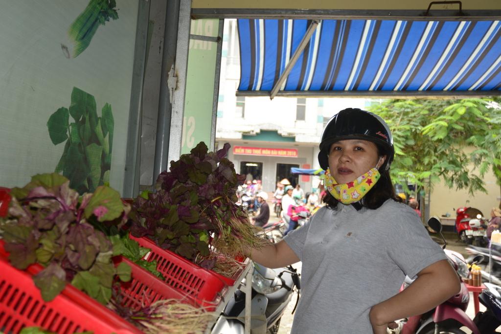 Người dân mua rau sạch tại cửa hàng rau sạch của HTX Mỹ Hưng. Ảnh: XUÂN KHÁNH