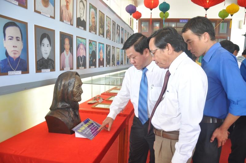 Tham quan các tư liệu, hiện vật về Mẹ Việt Nam anh hùng tại triển lãm. Ảnh: VINH ANH