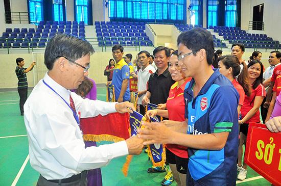 Chủ tịch Công đoàn Viên chức tỉnh Hà Diện trao cờ lưu niệm động viên các đoàn thi đấu