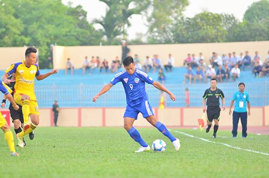 Hà Minh Tuấn sút bóng cận thành đem về 1 điểm quý giá cho đội nhà