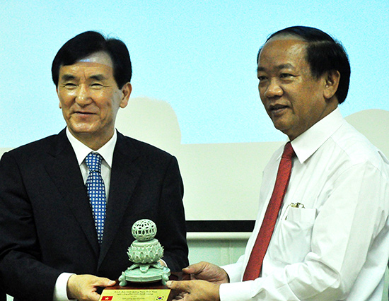 Chairman Thu (right) and Mr Lim Chang Ho