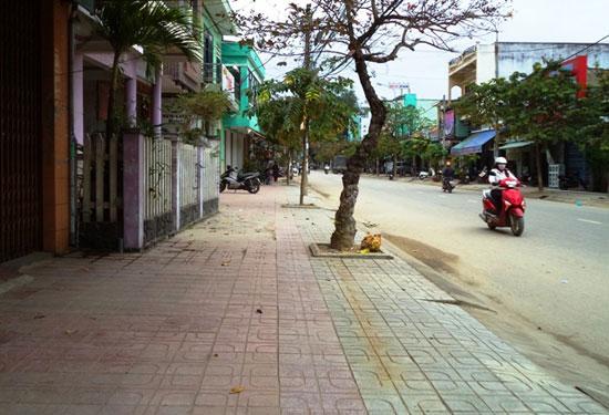 Các cơ quan và hộ gia đình trên tuyến đường Huỳnh Thúc Kháng, TP.Tam Kỳ đóng góp hơn 500 triệu đồng nâng cấp vỉa hè tuyến đường.
