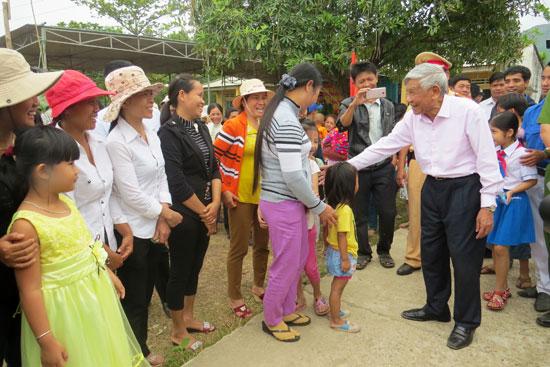 Nguyên Tổng Bí thư Lê Khả Phiêu về thăm làng Phương Trung vào cuối 3.2016.  Ảnh: HOÀNG LIÊN